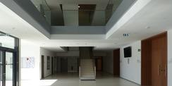 Erdgeschoss mit lichtdurchflutetem Eingangs-Foyer © 2020 Staatliches Bau- und Liegenschaftsamt Greifswald