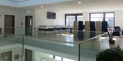 2. Obergeschoss mit Aufenthaltsbereich am Zentralen offenem Treppenhaus © 2020 Staatliches Bau- und Liegenschaftsamt Greifswald