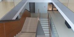Blick vom 2. Obergeschoss in das zentrale offene Treppenhaus © 2020 Staatliches Bau- und Liegenschaftsamt Greifswald