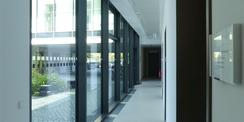 Flur im Erdgeschoss mit Blick in den Innenhof © 2020 Staatliches Bau- und Liegenschaftsamt Greifswald