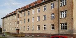 Zum Beginn der Sanierung musste der abgängige Außenputz komplett entfernt werden. © 2018 Betrieb für Bau und Liegenschaften Mecklenburg-Vorpommern