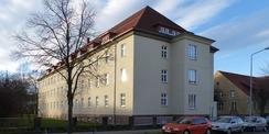 Blick aus NO von der Franz-Mehring-Straße auf das sanierte Institutsgebäude © 2021 SBL Greifswald
