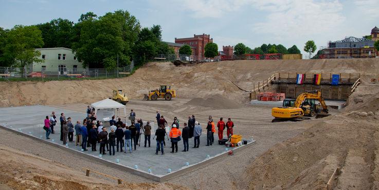 Der Grundstein für den 57 6 Millionen Euro umfassenden Neubau wurde am 15. Mai 2018 auf dem Baufeld an der Johannes-Stelling-Straße in Schwerin gelegt. © 2018 Betrieb für Bau und Liegenschaften Mecklenburg-Vorpommern
