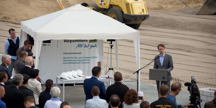 Finanzminister Mathias Brodkorb stellte das Bauprojekt vor  das vollständig aus dem Haushalt des Landes M-V finanziert wird. © 2018 Betrieb für Bau und Liegenschaften Mecklenburg-Vorpommern