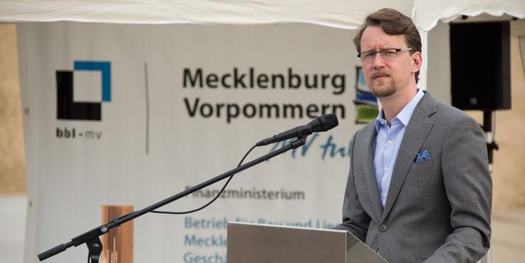 Finanzminister Mathias Brodkorb bei seinen Grußworten an die Gäste der Grundsteinlegung. © 2018 Betrieb für Bau und Liegenschaften Mecklenburg-Vorpommern