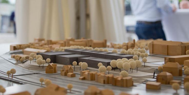 Kommt mal ganz groß raus: das Modell vom Neubau der Depots und Werkstätten sowie der städtebaulichen Situation an der Johannes-Stelling-Straße in Schwerin. © 2018 Betrieb für Bau und Liegenschaften Mecklenburg-Vorpommern