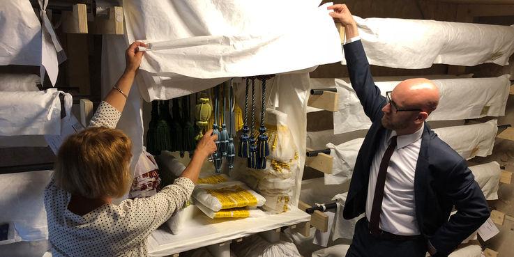 Steffi Dahl und Robert Klaus vom BBL M-V zeigen die Posamente Raffhalter und Quasten  die später in den historischen Raumfassungen eingesetzt werden. © 2018 Betrieb für Bau und Liegenschaften Mecklenburg-Vorpommern