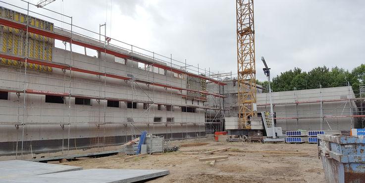 Blick auf die Westseite des Gebäudes  links neben dem Kran befindet sich der Haupteingang © 2018 Betrieb für Bau und Liegenschaften Mecklenburg-Vorpommern