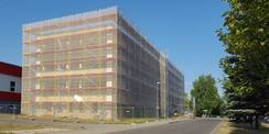 Nord-Ost-Perspektive des eingerüsteten Block E © 2018 Betrieb für Bau und Liegenschaften Mecklenburg-Vorpommern