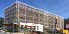 Blick auf die Westseite des eingerüsteten Gebäudes mit dem Anbau Wache © 2018 Betrieb für Bau und Liegenschaften Mecklenburg-Vorpommern