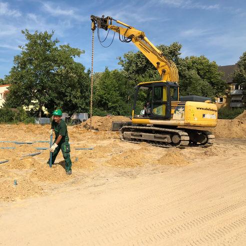 Arno Vorwerk von der Firma Schollenberger lässt einen 6 Meter langen Kanal in das Bohrloch hinab. © 2018 Betrieb für Bau und Liegenschaften Mecklenburg-Vorpommern
