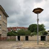 Raus aus dem Altbau  rein in das Turmhaus: rechts das Ersatzquartier für die Mauersegler auf dem Hof. © 2018 frank . milenz . rabenseifner  -  architekten  Greifswald
