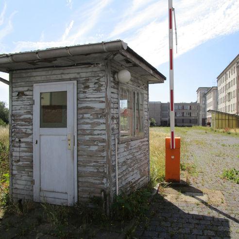 Werden demnächst zurückgebaut - Wachhäuschen mit Schranke an der Straße Am Güterbahnhof. © 2018 Dr. Michael Sieg  Landesamt für Gesundheit und Soziales Mecklenburg-Vorpommern
