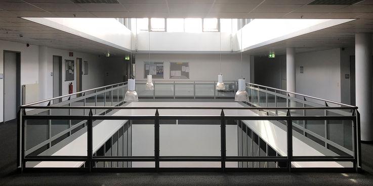 Hinter Glas - die Skulpturensammlung zieht vom Ulmencampus aus der ehemaligen Reithalle hier in die Jakobipassage. Dafür sind die innenliegenden Fläche auf der 3. Etage durch den BBL M-V umgebaut worden. © 2018 Betrieb für Bau und Liegenschaften Mecklenburg-Vorpommern