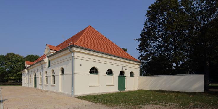 Mollig warm - Im Stall 3 direkt an der Reitbahn gelegen  gibt es eine Infrarot-Heizung für Pferde. © 2018 Betrieb für Bau und Liegenschaften Mecklenburg-Vorpommern