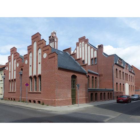 Blick auf das alte Wirtschaftsgebäude: hier ist nach Grundsanierung die neue Ausgabemensa untergebracht © 2018 Betrieb für Bau und Liegenschaften Mecklenburg-Vorpommern