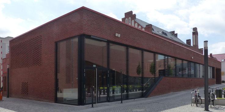 Blick aus Nordwest auf die hofseitige Glasfassade der Cafeteria © 2018 Betrieb für Bau und Liegenschaften Mecklenburg-Vorpommern