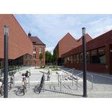 Grüne Bänke als Sitzgelegenheiten zwischen Cafeteria und Hörsaalgebäude bieten  auch im sonnigen Außenbereich eine hohe Aufenthaltsqualität. © 2018 Betrieb für Bau und Liegenschaften Mecklenburg-Vorpommern