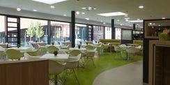 Blick ins Grüne: das Motto spiegelt sich in der Innengestaltung der Cafeteria wieder © 2018 Betrieb für Bau und Liegenschaften Mecklenburg-Vorpommern
