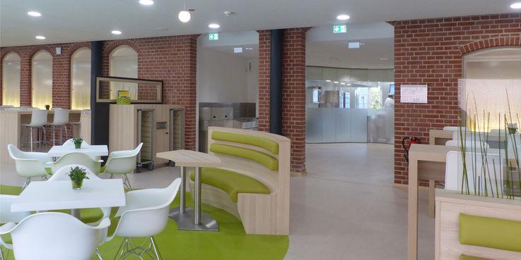 Cafeteria mit Blick in den Küchenbereich der Ausgabemensa © 2018 Betrieb für Bau und Liegenschaften Mecklenburg-Vorpommern