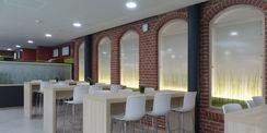 Die historische Klinkeraußenwand des sanierten Wirtschaftsgebäudes bildet die nun Innenwand der Cafeteria. © 2018 Betrieb für Bau und Liegenschaften Mecklenburg-Vorpommern