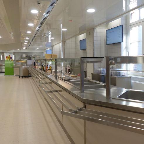 offener Küchenbereich mit Speisenausgabe der Mensa © 2018 Betrieb für Bau und Liegenschaften Mecklenburg-Vorpommern