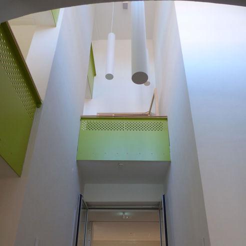 Lichthof im Treppenraum der Mensa mit moderner Beleuchtung und grünen Brüstungen © 2018 Betrieb für Bau und Liegenschaften Mecklenburg-Vorpommern