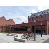 Der Neubau der Cafeteria passt sich in seiner äußeren Gestaltung an die umgebende Campusbebauung an. © 2018 Betrieb für Bau und Liegenschaften Mecklenburg-Vorpommern