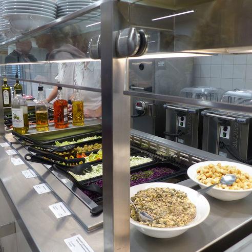 Ausgabetheke mit Salatbuffet © 2018 Betrieb für Bau und Liegenschaften Mecklenburg-Vorpommern