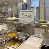 Die Mensa ist eröffnet  schmackhaft präsentierte Gerichte werden an der übersichtlichen Ausgabetheke verteilt © 2018 Betrieb für Bau und Liegenschaften Mecklenburg-Vorpommern