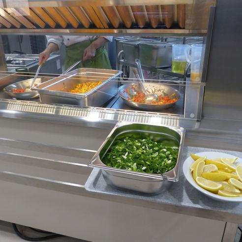 An der Wok-Station werden die Gerichte frisch und vor den Augen der Besucher zubereitet. © 2018 Betrieb für Bau und Liegenschaften Mecklenburg-Vorpommern