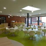 Cafeteria: helle Farben und roter Backstein harmonieren mit leuchtendem Grün © 2018 Betrieb für Bau und Liegenschaften Mecklenburg-Vorpommern