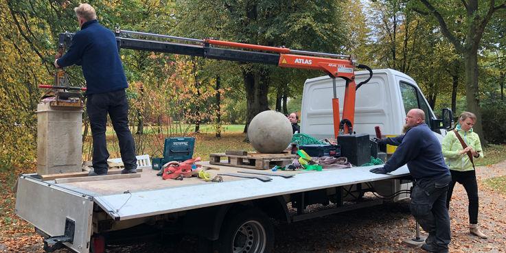 Sockel und Kugel wurden am 18. Oktober 2018 angeliefert und aufgebaut. © 2018 Betrieb für Bau und Liegenschaften Mecklenburg-Vorpommern