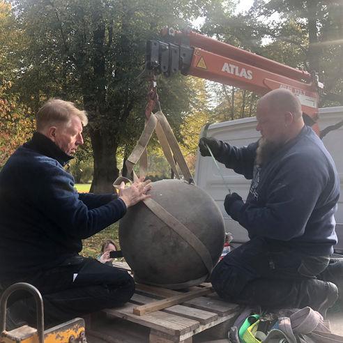 Der Globus wiegt ca. 200 Kilogramm und hat einen Durchmesser von ca. 60cm - das sichere Heben will gut vorbereitet sein! © 2018 Betrieb für Bau und Liegenschaften Mecklenburg-Vorpommern