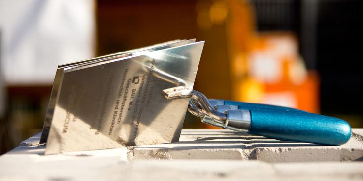 Der Grundstein für die 20 Millionen Euro umfassende Investition des Landes M-V kann gelegt werden  die Maurerkellen liegen bereit. © 2018 Betrieb für Bau und Liegenschaften Mecklenburg-Vorpommern