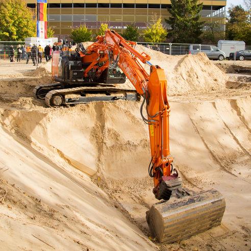 Nach der Kampfmittelsondierung haben die Erdarbeiten begonnen. Die Bodenplatte für das Untergeschoss kann gelegt werden. © 2018 Betrieb für Bau und Liegenschaften Mecklenburg-Vorpommern