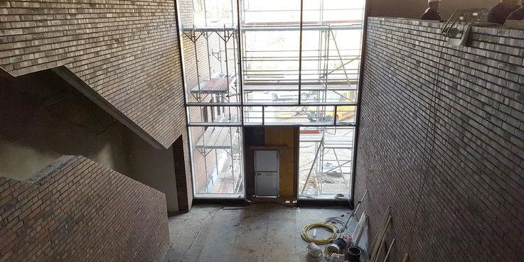 Blick vom Obergeschoss in das Foyer  links die Treppe © 2018 Betrieb für Bau und Liegenschaften Mecklenburg-Vorpommern
