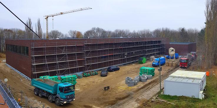 Blick auf die Baustelle - die Fassade ist bereits verklinkert © 2018 Betrieb für Bau und Liegenschaften Mecklenburg-Vorpommern