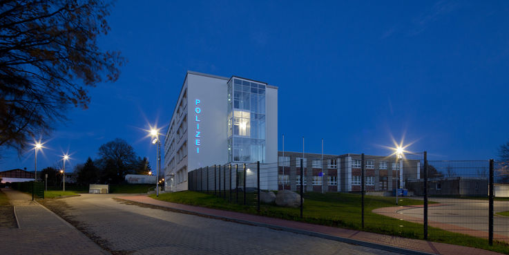 Bergen by night - Die Polizei wirkt ab Dezember 2018 von hier aus. In der Wasserstraße hat der BBL M-V das neue Domizil herrichten lassen. © 2018 Betrieb für Bau und Liegenschaften Mecklenburg-Vorpommern
