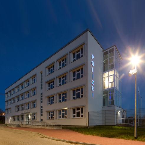 Immer hereinspaziert! Der neue Zugang zur Polizei ist barrierefrei. © 2018 Betrieb für Bau und Liegenschaften Mecklenburg-Vorpommern