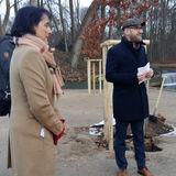 Robert Klaus vom BBL M-V begrüßt die Gäste und übergibt den Schlosspark an Frau Dr. Pirko Kristin Zinnow  Leiterin SSGK. © 2018 Betrieb für Bau und Liegenschaften Mecklenburg-Vorpommern