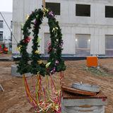 Die geschmückte Richtkrone hängt bereit © 2018 Betrieb für Bau und Liegenschaften Mecklenburg-Vorpommern