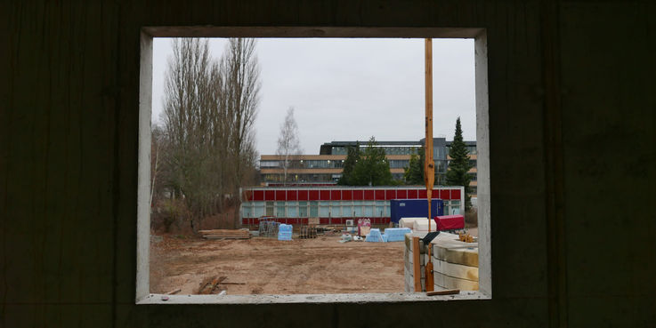 Blick aus dem Rohbau auf das alte Rechenzentrum - dieses wird nach Fertigstellung des Neubaus abgerissen © 2018 Betrieb für Bau und Liegenschaften Mecklenburg-Vorpommern