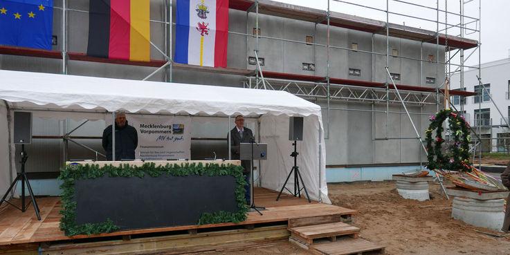Mit dem Grußwort des Nutzers findet der formelle Teil seinen Abschluss - die Richtkrone kann über den Rohbau aufgezogen werden © 2018 Betrieb für Bau und Liegenschaften Mecklenburg-Vorpommern