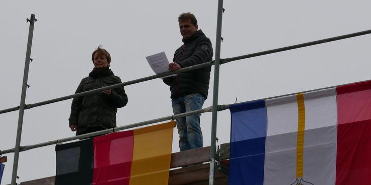 Zimmermann Axel Besekow der Firma NOBA Schlüsselfertigbau GmbH verkündet den Richtspruch - an seiner Seite die zuständige Projektleiterin des BBL M-V  Frau Kellner © 2018 Betrieb für Bau und Liegenschaften Mecklenburg-Vorpommern