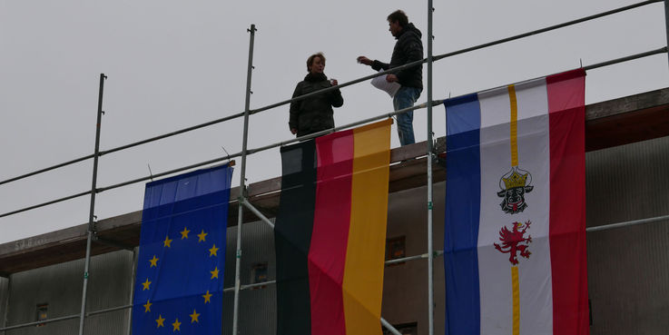 Nach dem Richtspruch wird angestoßen - die Scherben der Gläser sollen dem Bau Glück bringen © 2018 Betrieb für Bau und Liegenschaften Mecklenburg-Vorpommern