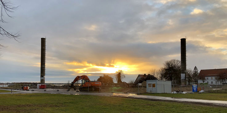 Die Abendsonne scheint das letzte Mal auf die ca. 30 Meter hohen Schornsteine des ISG 90. © 2018 Betrieb für Bau und Liegenschaften Mecklenburg-Vorpommern