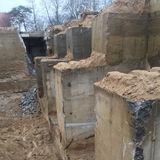In der massiven Gründung des alten Isolierstallgebäudes ISG90 konnte der Grundstein gefunden und gesichert werden. © 2018 Betrieb für Bau und Liegenschaften Mecklenburg-Vorpommern