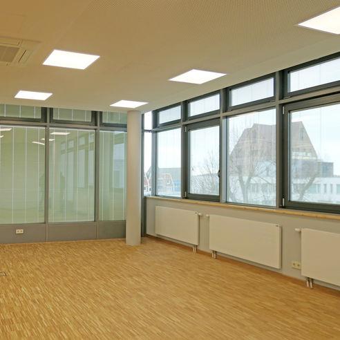 Die Verdunkelung im Seminarraum wird motorisch gesteuert. © 2019 Betrieb für Bau und Liegenschaften Mecklenburg-Vorpommern