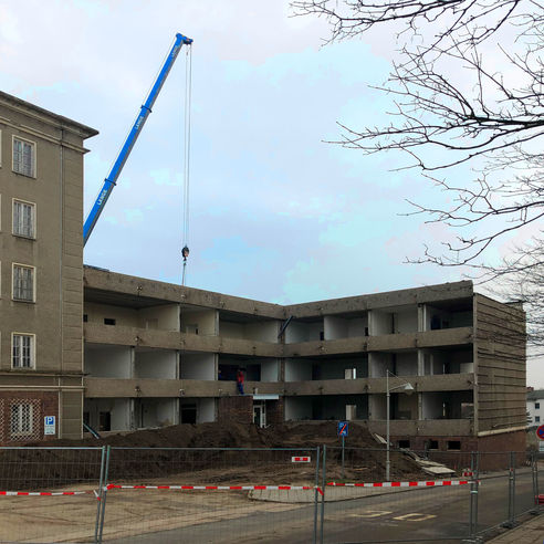 6.2.2019 - Der Anbau ist bereits entkernt und die ersten Platten des ehemaligen Ärztehauses werden abgetragen. © 2019 Betrieb für Bau und Liegenschaften Mecklenburg-Vorpommern